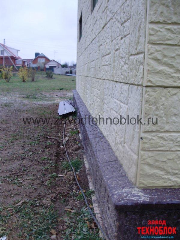 Внешний вид угла дома. Монтаж облицовочной опалубки в нахлест. Фактура Колотый камень.