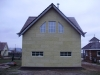 Фасад дома с маленькими окнами