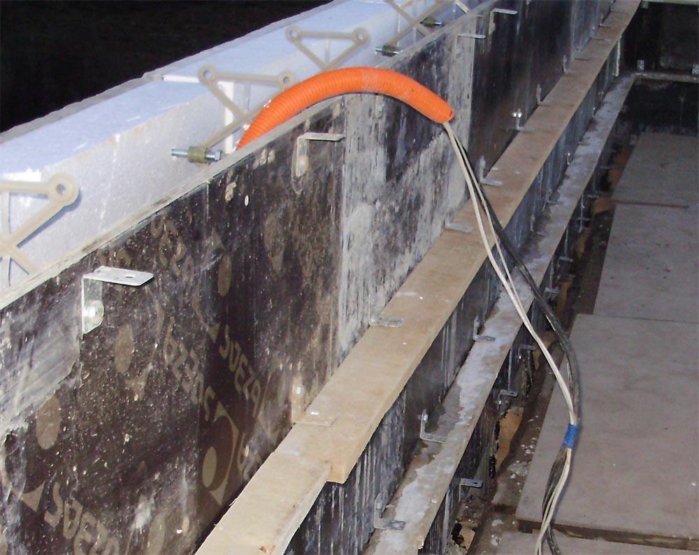 монтаж в стене гофрированной трубы с электрическими проводами