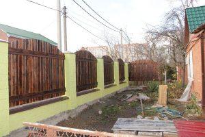 Забор монолитный Техноблок цоколь и столбы, пролеты деревянные