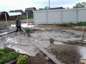 Техноблок. Укладываем заказанный готовый бетон и возим тачкой. Пермь