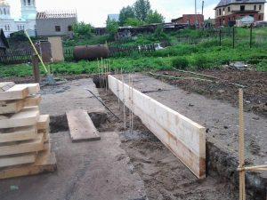 Техноблок. Монтаж деревянной опалубки для будущего фундамента. Пермь