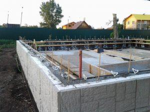 Техноблок. Залили 2 ряд дома бетоном.
