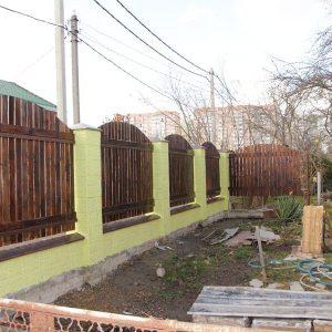 Забор монолит с пролетами из дерева